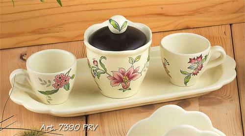 Н-р: 2кофейные чашки+сахарница на подносе, Дл=30см Прованс, штPRV-7390Посуду фабрики Nuova cer S.N.C отличают тёплые оттенки и верность истинно итальянскому стилю. Для итальянского стиля характерна довольно толстая, нарочито простая керамическая посуда с красочной, яркой глазурью, с наивной росписью и орнаментами. Ее цвет можно подобрать в колористической гамме, в которой выдержан весь интерьер кухни. Но можно выбрать и контрастные цвета, чтобы сделать акцентом именно кухонный стол. Такую посуду можно использовать в микроволновой печи и мыть в посудомоечной машине. белый с рисунком