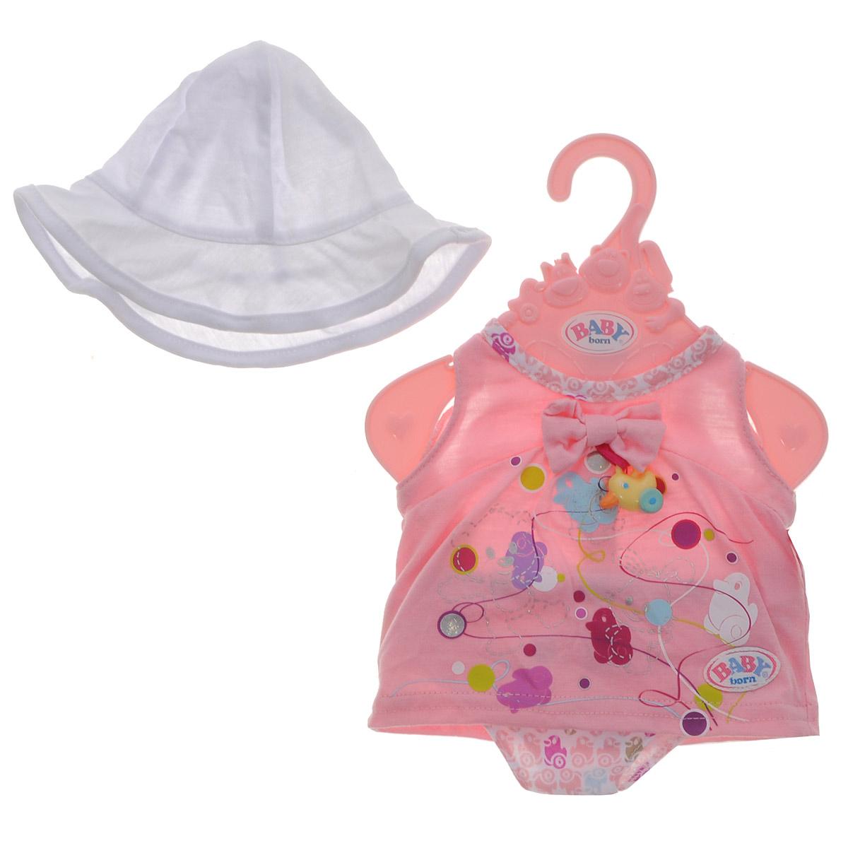 Baby Born Одежда для кукол Летний цвет розовый белый819-388_роз_бел панамаКомплект Baby Born Летний включает розовое платье, трусики с веселым принтом и белую панаму, предназначенные для куклы Baby Born высотой 43 см. Платье застегивается сзади на липучку. Украшено оно яркими рисунками, а также дополнено декоративной пластиковой подвеской в виде утенка. Комплект поставляется вместе с оригинальной вешалкой, поэтому у маленькой мамы не будет забот, как хранить эту одежду.