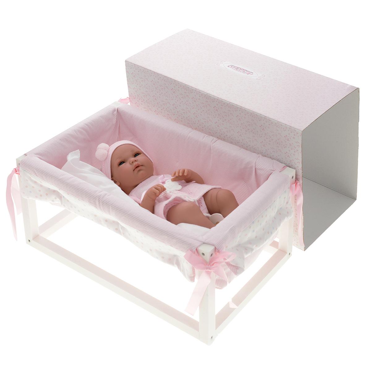 LIorens Пупс Младенец в кроваткеL 73399Кукла LIorens Младенец порадует вашу малышку и доставит ей много удовольствия от часов, посвященных игре с ней. Куколка выполнена в виде младенца-девочки. Эта кукла - реалистичная копия настоящего младенца, ее туловище в складочках. У куклы реалистичные глаза и длинные ресницы. Подвижные ручки, ножки и голова крохи выполнены из высококачественного ПВХ. Малышка одета в прелестные носочки с помпонами, вязаные трусики и платьице. На голове у малышки розовая шапочка. В комплект входят соска на прищепке, мягкая подушечка и удобная кроватка с одеяльцем. Входящая в комплект соска является декоративным аксессуаром и не предназначена для игры. Одеяльце крепится к кроватке с помощью атласных ленточек. Игра с куклой разовьет в вашей малышке фантазию и любознательность, поможет овладеть навыками общения и научит ролевым играм, воспитает чувство ответственности и заботы. Порадуйте ее таким замечательным подарком!