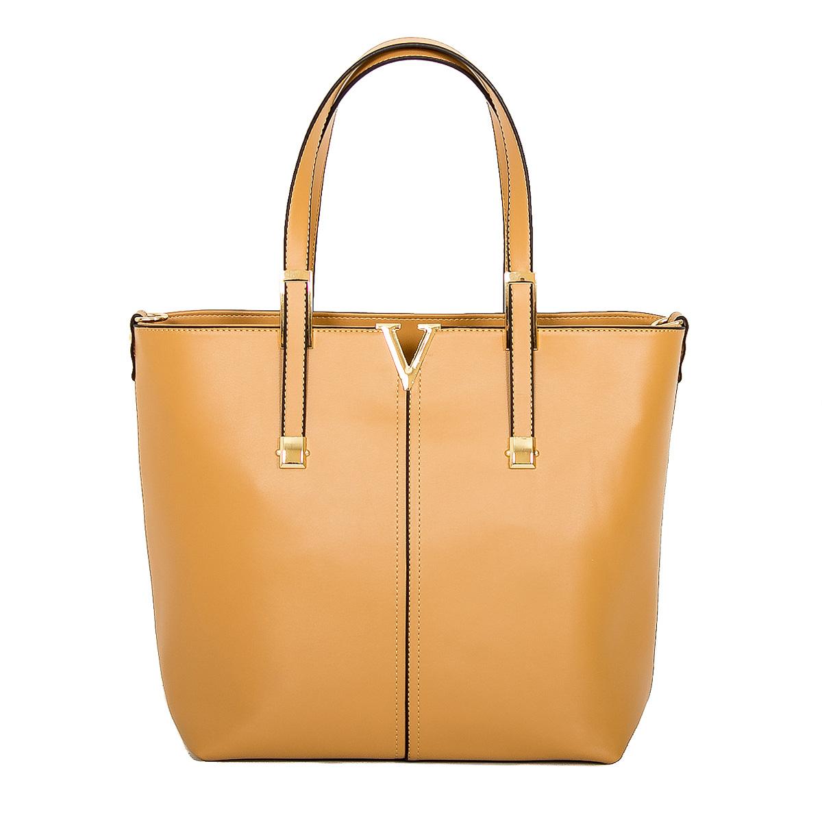 Сумка женская Farfalla Rosso, цвет: бежевый. 70008-306/370008-306/3Изысканная женская сумка Farfalla Rosso выполнена из искусственной кожи. Сумка закрывается на застежку-молнию. Внутри - одно отделение, разделенное карманом-средником на застежке-молнии, также есть втачной карман на застежке-молнии, два накладных кармашка для мелочей и телефона. Задняя сторона дополнена плоским врезным карманом на застежке-молнии. Две ручки сумки крепятся на металлическую фурнитуру. Дно сумки защищено металлическими ножками, обеспечивающими дополнительную устойчивость. В комплекте плечевой отстегивающийся ремень и чехол для хранения. Блестящий дизайн сумки, сочетающий классические формы с оригинальным оформлением, позволит вам подчеркнуть свою индивидуальность и сделает ваш образ изысканным и завершенным.