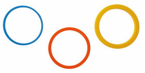 Набор колец для скалки Wilton, 3 парыWLT-1907-1010Набор Wilton включает 3 пары колец для скалки, выполненных из пищевого силикона. Кольца одеваются на скалку при раскатывании мастики или теста. Помогают точно определить нужную толщину для конкретных изделий. В наборе 3 кольца: - синее (толщина 16 мм) - для лепестков и листьев; - желтое (толщина 48 мм) - для букв, цифр, аппликаций; - оранжевое (толщина 32 мм) - для печенья, фигурок для украшения тортов.