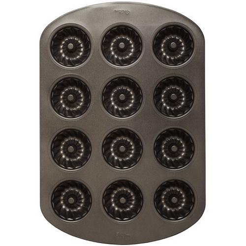 Форма для выпечки Wilton Мини кекс рифленый, с антипригарным покрытием, 12 ячеекWLT-2105-0557Форма для выпечки праздничного угощения Wilton Мини кекс рифленый изготовлена из металла с антипригарным покрытием. С таким покрытием пища не пригорает и не прилипает к стенкам. Форма содержит 12 ячеек в виде небольших кексов. Простая в уходе и долговечная в использовании форма будет верной помощницей в создании ваших кулинарных шедевров. Можно мыть в посудомоечной машине. Не используйте таблетки для посудомоечной машины, концентрированные средства испортят покрытие. Не мойте форму абразивными средствами и жесткими губками. Размер формы: 28 см x 42 см х 3,5 см. Размер ячейки: 7 см х 7 см х 3,2 см.