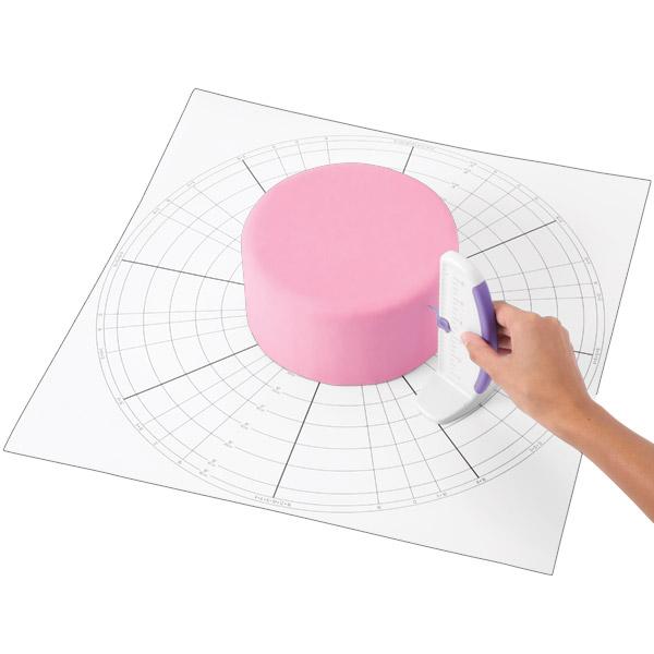 Мат для разметки торта Wilton, 51 см х 51 смWLT-409-2554Мат для разметки торта Wilton изготовлен из прочного пищевого пластика. Используется декораторами для разметки тортов на равные сектора (от 3-х до 16). Идеально подходит для кругового оформления, при создании гирлянд и других техниках. Подходит для тортов диаметром до 45 см.