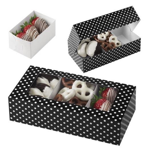 Набор коробок для печенья Wilton, 20 х 10 х 5 см, 3 штWLT-415-1971Набор Wilton состоит из трех прямоугольных коробок для печенья, выполненных из плотного картона с принтом в черно-белый горошек. Коробки оснащены прозрачным окошком. В каждой коробочке внутри имеется вставка для стабильного размещения печенья стандартного размера. Коробочка легко собирается и транспортируется. Для сборки, согните по намеченным линиям сгибов, вставьте крылышки в прорези, сформируйте коробочку. Положите печенье на вставках, закройте плотно крышку. Оформите и преподнесите ваш вкусный подарок в такой симпатичной коробочке с окошком. Выпечка в такой коробочке станет подарком, который обязательно порадует получателя. Размер коробки: 20 см х 10 см х 5 см.