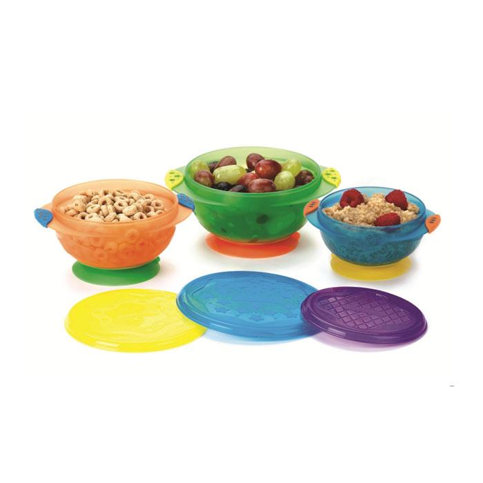 Набор детских мисок Munchkin, с крышками, на присосках, 3 шт17519Набор Munchkin, выполненный из пластика, состоит из трех разноцветных мисок разных размеров с крышечками. Благодаря присоскам миска не скользит по поверхности, не падает и не опрокидывается. Каждая миска имеет герметичную крышку: посуду можно использовать для хранения продуктов, ее удобно брать в дорогу. Рекомендуемый возраст: от 6 месяцев. Диаметр мисок: 10 см, 12 см, 14 см.