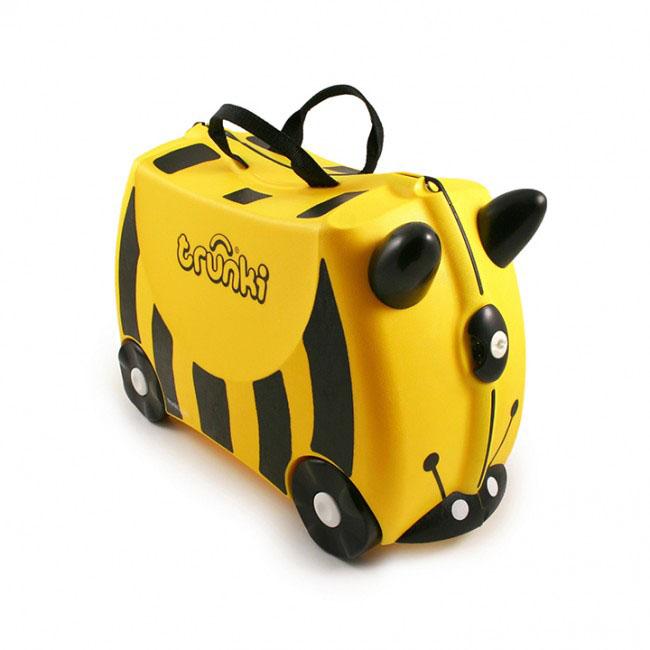 Trunki Чемодан-каталка Пчела0044-GB01-P1Детский чемодан-каталка Trunki Пчела - оригинальный чемодан на колесах, созданный, чтобы избавить маленьких путешественников от скуки и усталости. Корпус чемодана выполнен в форме седла, чтобы маленькому наезднику было комфортно сидеть. Расцветка такого чемодана- каталки похожа на маленькую пчелку. А когда катишься на нем, представляется, что летишь на спине этого насекомого. Малыш может держаться за специальные рожки на передней части чемодана. Форма рожек специально разработана для детских ручек. Чемодан имеет 4 колеса и стабилизаторы, которые не позволят чемодану опрокинуться. Для переноски у чемодана предусмотрены 2 текстильные ручки, а также ремень через плечо, который можно использовать для буксировки чемодана. Чемодан содержит вместительное отделение с фиксирующейся Х- образной резинкой. Также в чемодане имеется длинный кармашек для мелочей. Закрывается чемодан на две защелки. Крышка чемодана плотно прилегает к основанию, уплотнитель между ними не позволит...
