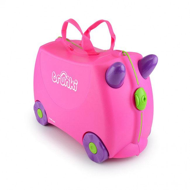 Чемодан на колесиках Розовый0061-GB01-P1Детский чемодан Trunki на колесиках Trixie (розовый) - прекрасный игровой спутник каждого юного путешественника. Очаровательный и очень удобный чемодан для маленькой путешественницы. В яркий, красочный чемоданчик девочка может сложить все необходимые вещи (игрушки, книжки и др.), может присесть, когда устанет от дальней дороги, или прокатиться верхом на своем любимом чемодане. Вместительность: 18 литров. Выдерживает до 45 кг веса.