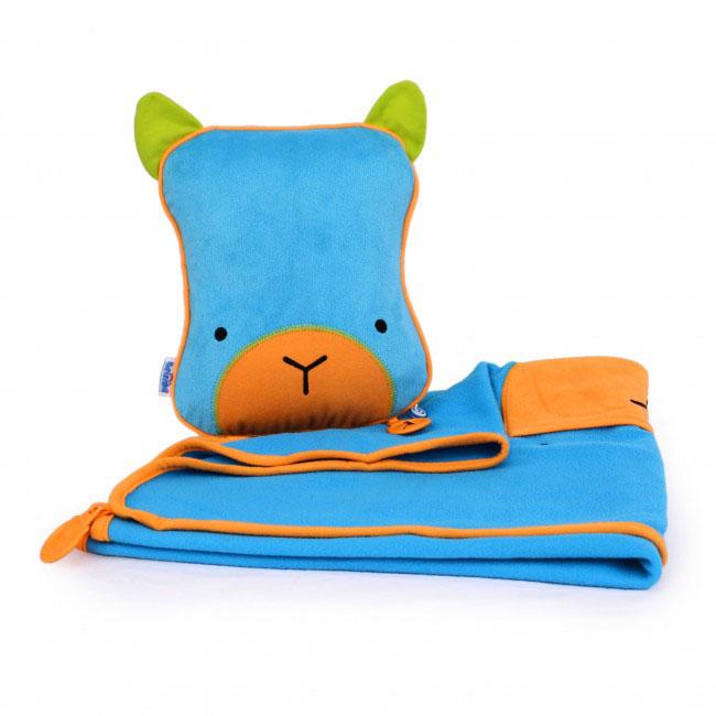 Дорожный набор Trunki Bert, 3в1, цвет: голубой, зеленый0073-GB01Удивительно полезный дорожный набор Trunki Bert должен быть у каждого маленького путешественника. Подушку с пледом внутри, легко и просто можно брать с собой в самолет, поезд или машину. Ваш малыш теперь будет с комфортом спать в дороге, положив головку на мягкую надувную подушку и укрывшись одеялом. Подушка выполнена в виде забавной рожицы. Набор укомплектован надувной вставкой, превращающейся в подушку. На пледе есть специальный кармашек, куда можно посадить свою любимую игрушку. Комплект имеет уникальное крепление Trunki Grip, соединяющее одеяло и подушку, чтобы вам не приходилось часто укрывать вашего малыша. Рекомендуемый возраст: от 2 лет. Размер подушки: 26 см х 21 см. Размер пледа: 70 см х 90 см.