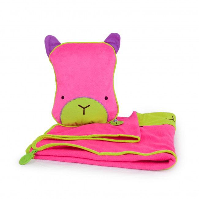 Дорожный набор Trunki Betsy, 3в1, цвет: розовый, фиолетовый0074-GB01Удивительно полезный дорожный набор Trunki Betsy должен быть у каждого маленького путешественника. Подушку с пледом внутри, легко и просто можно брать с собой в самолет, поезд или машину. Ваш малыш теперь будет с комфортом спать в дороге, положив головку на мягкую надувную подушку и укрывшись одеялом. Подушка выполнена в виде забавной рожицы. Набор укомплектован надувной вставкой, превращающейся в подушку. На пледе есть специальный кармашек, куда можно посадить свою любимую игрушку. Комплект имеет уникальное крепление Trunki Grip, соединяющее одеяло и подушку, чтобы вам не приходилось часто укрывать вашего малыша. Рекомендуемый возраст: от 2 лет. Размер подушки: 26 см х 21 см. Размер пледа: 70 см х 90 см.