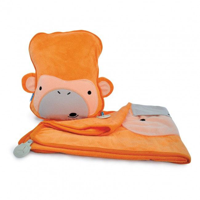 Дорожный набор Trunki Mylo, 3в1, цвет: оранжевый0079-GB01Удивительно полезный дорожный набор Trunki Mylo должен быть у каждого маленького путешественника. Подушку с пледом внутри, легко и просто можно брать с собой в самолет, поезд или машину. Ваш малыш теперь будет с комфортом спать в дороге, положив головку на мягкую надувную подушку и укрывшись одеялом. Подушка выполнена в виде забавной рожицы обезьянки. Набор укомплектован надувной вставкой, превращающейся в подушку. На пледе есть специальный кармашек, куда можно посадить свою любимую игрушку. Комплект имеет уникальное крепление Trunki Grip, соединяющее одеяло и подушку, чтобы вам не приходилось часто укрывать вашего малыша. Рекомендуемый возраст: от 2 лет. Размер подушки: 26 см х 21 см. Размер пледа: 70 см х 90 см.