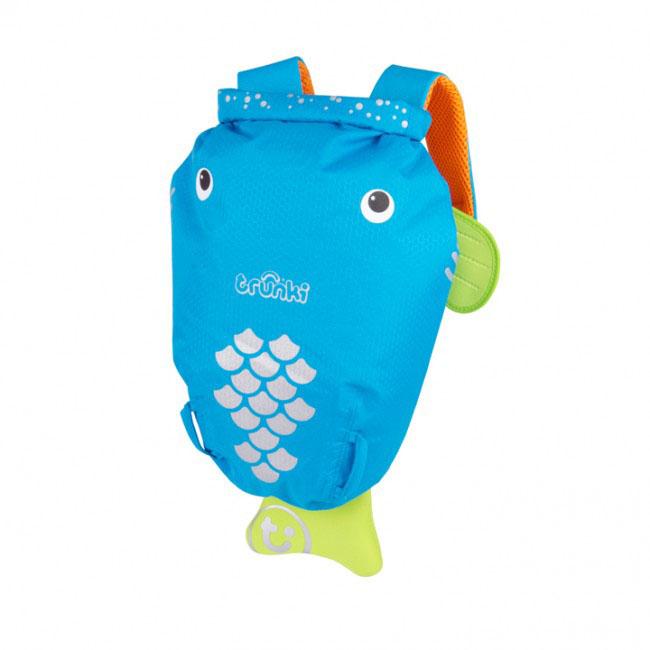 Детский рюкзак для бассейна и пляжа Trunki Рыба, цвет: голубой, оранжевый, салатовый, 7,5 л0082-GB01Детский рюкзак для бассейна и пляжа Trunki Рыба - великолепный подарок для маленьких спортсменов и путешественников. Выполнен из прочного и водоотталкивающего материала в виде забавной рыбки голубого цвета с салатовыми плавниками. Рюкзак состоит из вместительного отделения, закрывающегося с помощью скрутки, которая также сохранит содержимое и защитит от проникновения воды. Благодаря широкой горловине рюкзака в него очень удобно складывать вещи. Конструкция спинки дополнена противоскользящей сеточкой и системой вентиляции для предотвращения запотевания спины ребенка. Мягкие широкие лямки позволяют легко и быстро отрегулировать рюкзак в соответствии с ростом. На правой лямке рюкзака предусмотрено специальное крепление Trunki grip, с помощью которого можно подвесить детские солнцезащитные очки. Рюкзак оснащен петлей для подвешивания. Также имеет светоотражающие элементы и карман в виде плавника, куда можно положить различные мелочи. Рюкзак Trunki Рыба...