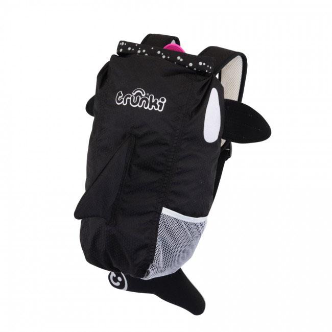 Рюкзак детский Trunki Косатка, цвет: черный, белый, розовый0101-GB01Стильный универсальный детский рюкзак Trunki Косатка - великолепный подарок для маленьких спортсменов и путешественников. Выполнен из прочного и водоотталкивающего материала в виде косатки черного цвета с розовым языком. Рюкзак состоит из вместительного отделения, закрывающегося на уникальную застежку top-roll, которая также сохранит содержимое и защитит от проникновения воды. Благодаря широкой горловине рюкзака в него очень удобно складывать вещи. Внутри отделения находится открытый нашивной карман. Рюкзак имеет один боковой карман- сетка, стянутый сверху резинкой. Конструкция спинки дополнена противоскользящей сеточкой и системой вентиляции для предотвращения запотевания спины ребенка. Мягкие широкие лямки позволяют легко и быстро отрегулировать рюкзак в соответствии с ростом. На правой лямке рюкзака предусмотрено специальное крепление Trunki grip, с помощью которого можно подвесить детские солнцезащитные очки. Рюкзак имеет светоотражающие элементы, а...