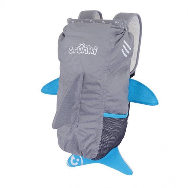 Рюкзак детский Trunki Акула, цвет: серый, голубой, белый, 10 л0102-GB01Стильный универсальный детский рюкзак Trunki Акула - великолепный подарок для маленьких спортсменов и путешественников. Выполнен из прочного и водоотталкивающего материала в виде акулы серого цвета с голубыми плавниками. Рюкзак состоит из вместительного отделения, закрывающегося на уникальную застежку top-roll, которая также сохранит содержимое и защитит от проникновения воды. Благодаря широкой горловине рюкзака в него очень удобно складывать вещи. Внутри отделения находится открытый нашивной карман. Рюкзак имеет один боковой карман-сетка, стянутый сверху резинкой. Конструкция спинки дополнена противоскользящей сеточкой и системой вентиляции для предотвращения запотевания спины ребенка. Мягкие широкие лямки позволяют легко и быстро отрегулировать рюкзак в соответствии с ростом. На правой лямке рюкзака предусмотрено специальное крепление Trunki grip, с помощью которого можно подвесить детские солнцезащитные очки. Рюкзак имеет светоотражающие элементы, а также...