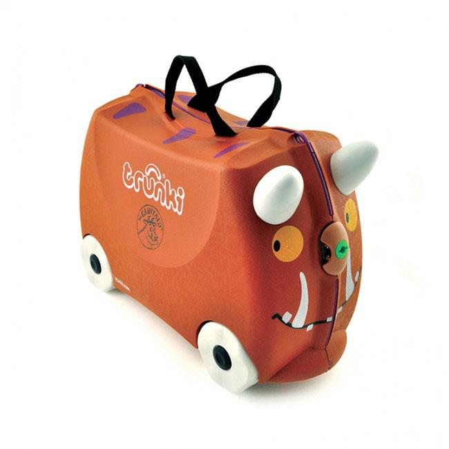 Trunki Чемодан-каталка Граффало0108-GB01Детский чемодан-каталка Trunki Граффало - оригинальный чемодан на колесах, созданный, чтобы избавить маленьких путешественников от скуки и усталости. Корпус чемодана выполнен в форме седла, чтобы маленькому наезднику было комфортно сидеть. Малыш может держаться за специальные рожки на передней части чемодана. Форма рожек специально разработана для детских ручек. Чемодан имеет 4 колеса и стабилизаторы, которые не позволят чемодану опрокинуться. Для переноски у чемодана предусмотрены 2 текстильные ручки, а также ремень через плечо, который можно использовать для буксировки чемодана. Чемодан содержит вместительное отделение с фиксирующейся Х- образной резинкой. Также в чемодане имеется длинный кармашек для мелочей. Закрывается чемодан на две защелки. Крышка чемодана плотно прилегает к основанию, уплотнитель между ними не позволит мелким предметам выпасть из него. Чемодан-каталка Trunki Граффало поможет ребенку не заскучать во время длительных перелетов...