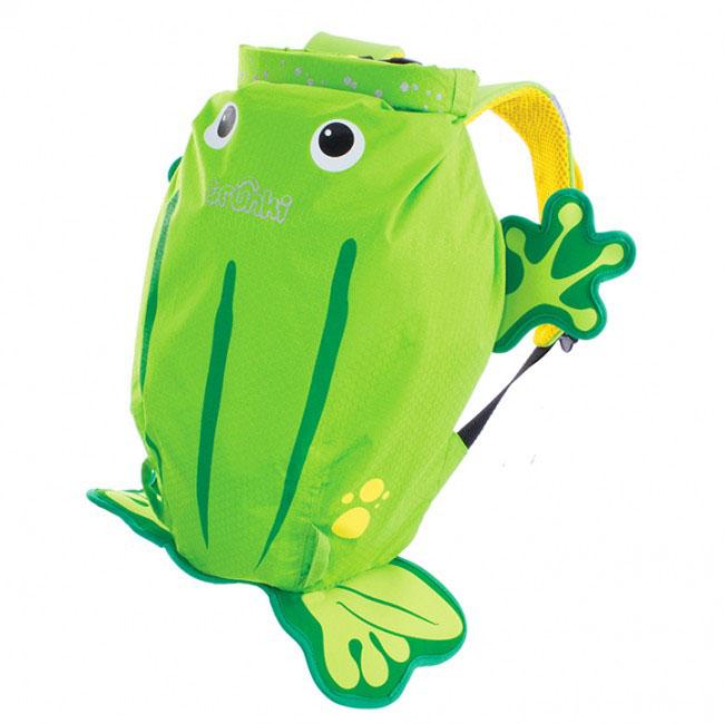 Детский рюкзак для бассейна и пляжа Trunki Лягушка, цвет: салатовый, желтый, 7,5 л0110-GB01Детский рюкзак для бассейна и пляжа Trunki Лягушка - великолепный подарок для маленьких спортсменов и путешественников. Выполнен из прочного и водоотталкивающего материала в виде лягушки салатового и желтого цветов. Рюкзак состоит из вместительного отделения, закрывающегося с помощью скрутки, которая также сохранит содержимое и защитит от проникновения воды. Благодаря широкой горловине рюкзака в него очень удобно складывать вещи. Конструкция спинки дополнена противоскользящей сеточкой и системой вентиляции для предотвращения запотевания спины ребенка. Мягкие широкие лямки позволяют легко и быстро отрегулировать рюкзак в соответствии с ростом. На правой лямке рюкзака предусмотрено специальное крепление Trunki grip, с помощью которого можно подвесить детские солнцезащитные очки. Рюкзак оснащен петлей для подвешивания. Также имеет светоотражающие элементы, и внешний карман в нижней части рюкзака, куда можно положить различные мелочи. Рюкзак Trunki Лягушка...