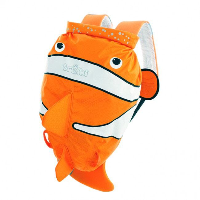 Детский рюкзак для бассейна и пляжа Trunki Рыба-клоун, цвет: оранжевый, белый, 7,5 л0112-GB01Детский рюкзак для бассейна и пляжа Trunki Рыба-клоун - великолепный подарок для маленьких спортсменов и путешественников. Выполнен из прочного и водоотталкивающего материала в виде рыбы оранжевого цвета с плавниками. Рюкзак состоит из вместительного отделения, закрывающегося с помощью скрутки, которая также сохранит содержимое и защитит от проникновения воды. Благодаря широкой горловине рюкзака в него очень удобно складывать вещи. Конструкция спинки дополнена противоскользящей сеточкой и системой вентиляции для предотвращения запотевания спины ребенка. Мягкие широкие лямки позволяют легко и быстро отрегулировать рюкзак в соответствии с ростом. На правой лямке рюкзака предусмотрено специальное крепление Trunki grip, с помощью которого можно подвесить детские солнцезащитные очки. Рюкзак оснащен петлей для подвешивания. Также имеет светоотражающие элементы и карман в виде плавника, куда можно положить различные мелочи. Рюкзак Trunki Рыба-клоун прекрасно...