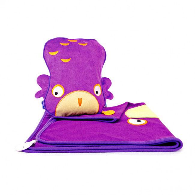 Дорожный набор Trunki Ollie, 3в1, цвет: фиолетовый0127-GB01Удивительно полезный дорожный набор Trunki Ollie должен быть у каждого маленького путешественника. Подушку с пледом внутри, легко и просто можно брать с собой в самолет, поезд или машину. Ваш малыш теперь будет с комфортом спать в дороге, положив головку на мягкую надувную подушку и укрывшись одеялом. Подушка выполнена в виде забавной рожицы совенка. Набор укомплектован надувной вставкой, превращающейся в подушку. На пледе есть специальный кармашек, куда можно посадить свою любимую игрушку. Комплект имеет уникальное крепление Trunki Grip, соединяющее одеяло и подушку, чтобы вам не приходилось часто укрывать вашего малыша. Рекомендуемый возраст: от 2 лет. Размер подушки: 26 см х 21 см. Размер пледа: 70 см х 90 см.