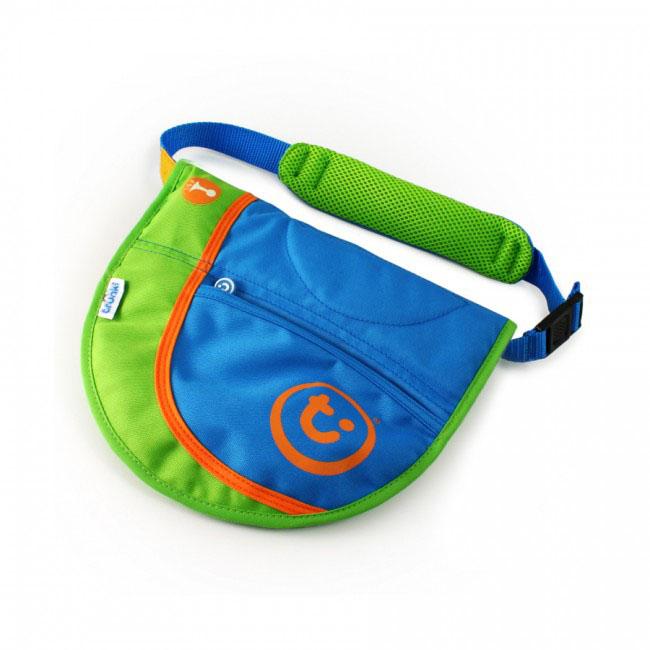 Сумка-седло на чемодан Trunki Saddlebag, 2в1, цвет: голубой, зеленый0160-GB01Сумка-седло Trunki Saddlebag, выполнена из полиэстера. Сумку можно носить на плече, положив в нее все необходимые мелочи. А когда ребенку захочется покататься на чемодане или посидеть на нем, можно расстегнуть сумку и она превратиться в седло. На внешней стороне сумки имеется открытый карман и пищалка. Сумка закрывается на липучки. Внутри имеется сетчатый карман, открытый карман, отделения для карточек и карман на застежке-молнии. Сумка оснащена плечевым ремнем на липучках. Седло прикрепляется к чемодану с помощью специального ремня. Рекомендуемый возраст: от 3 лет.