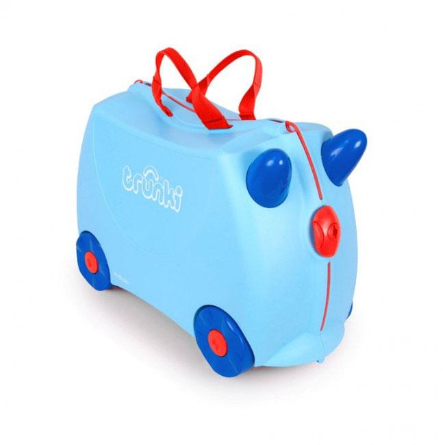 Trunki Чемодан-каталка Джоржд0166-GB01Детский чемодан-каталка Trunki Джоржд - оригинальный чемодан на колесах, созданный, чтобы избавить маленьких путешественников от скуки и усталости. Корпус чемодана выполнен в форме седла, чтобы маленькому наезднику было комфортно сидеть. Чемодан представлен в голубом цвете. Малыш может держаться за специальные рожки на передней части чемодана. Форма рожек специально разработана для детских ручек. Чемодан имеет 4 колеса и стабилизаторы, которые не позволят чемодану опрокинуться. Для переноски у чемодана предусмотрены 2 текстильные ручки, а также ремень через плечо, который можно использовать для буксировки чемодана. Чемодан содержит вместительное отделение с фиксирующейся Х- образной резинкой. Также в чемодане имеется длинный кармашек для мелочей. Закрывается чемодан на две защелки. Крышка чемодана плотно прилегает к основанию, уплотнитель между ними не позволит мелким предметам выпасть из него. Чемодан-каталка Trunki Джоржд поможет ребенку не...