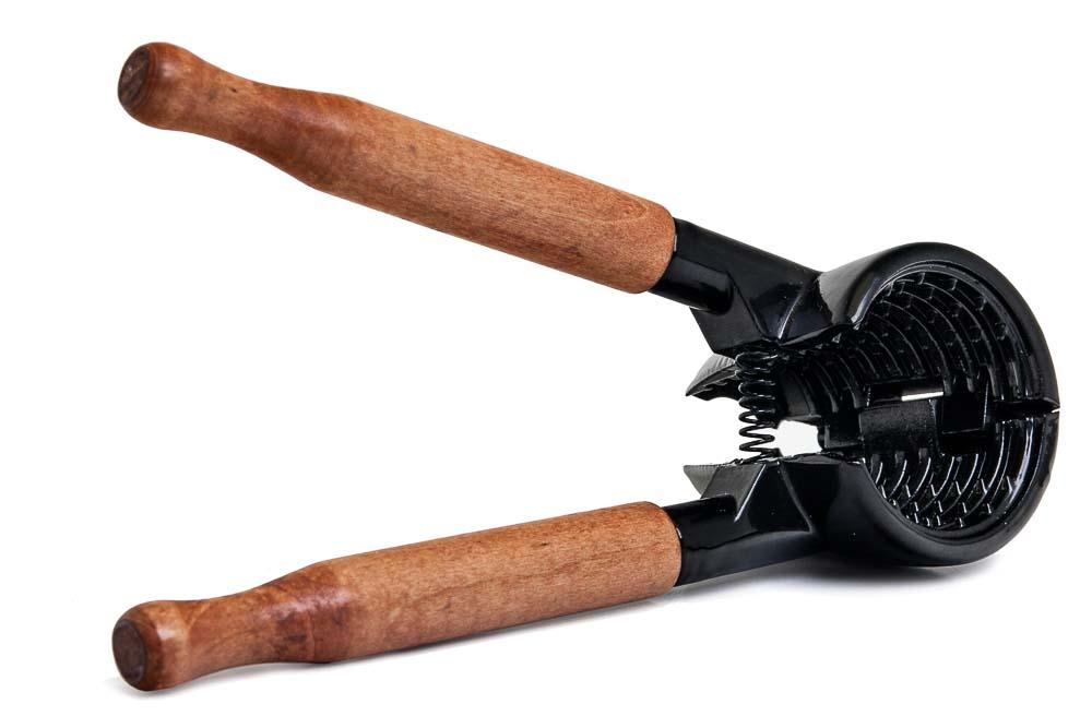 Орехокол Marmiton, цвет: черный, коричневый. 1701817018Орехокол Marmiton быстро и без труда расколет любой крупный орех, не повредив его. Чрезвычайно практичен и прост в применении. Идеально подходит для грецких орехов. Специальная конструкция орехокола позволяет извлечь ядро ореха целиком. Специальные шипы на внутренней поверхности орехокола надежно фиксируют орех во время раскрытия, не позволяя ему выскользнуть. Все осколки остаются внутри орехокола. Благодаря ручкам из натурального дерева, вы не будете испытывать дискомфорта при его применении. Размер орехокола: 17 см х 4,5 см х 6 см.