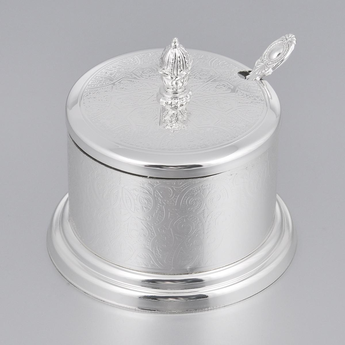Сахарница Marquis, с ложечкой. 7070-MR7070-MRСахарница Marquis изготовлена из стали с никель-серебряным покрытием. Изделие выполнено в классическом стиле и украшено изящным рельефом. Сахарница оснащена стеклянной емкостью и крышкой. В комплект к сахарнице прилагается ложечка. На крышке предусмотрена специальная выемка для ложечки. Сахарница Marquis станет незаменимым атрибутом любого чаепития, праздничного, вечернего или на открытом воздухе, а также подчеркнет ваш изысканный вкус. Диаметр сахарницы (по верхнему краю): 9 см. Высота сахарницы (без учета крышки): 6 см. Длина ложечки: 12 см.