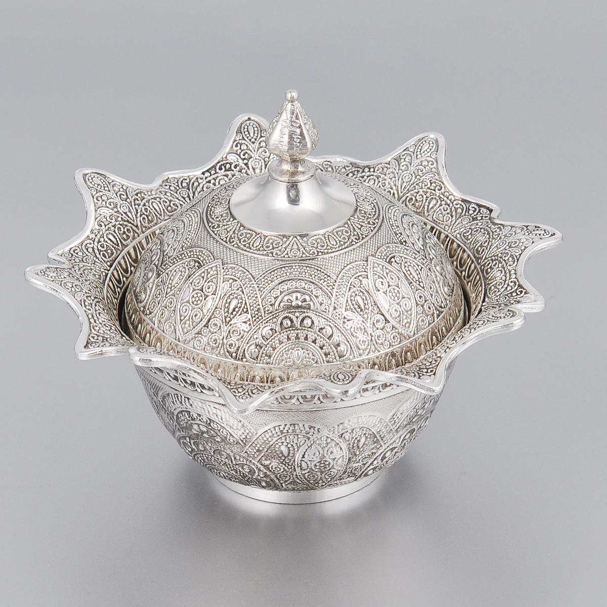 Ваза универсальная Marquis с крышкой, диаметр 13,5 см2187-MRУниверсальная ваза Marquis круглой формы выполнена из стали с никель-серебряным покрытием и оформлена изящным рельефом. Края вазы имеют волнистую форму. Ваза прекрасно подойдет для красивой сервировки конфет, фруктов, пирожных и много другого. В комплекте имеется крышка для вазы. Такая ваза придется по вкусу и ценителям классики, и тем, кто предпочитает утонченность и изысканность. Она украсит сервировку вашего стола и подчеркнет прекрасный вкус хозяина, а также станет отличным подарком. Диаметр (по верхнему краю): 13,5 см. Диаметр основания: 5 см. Высота вазы (с крышкой): 10 см.