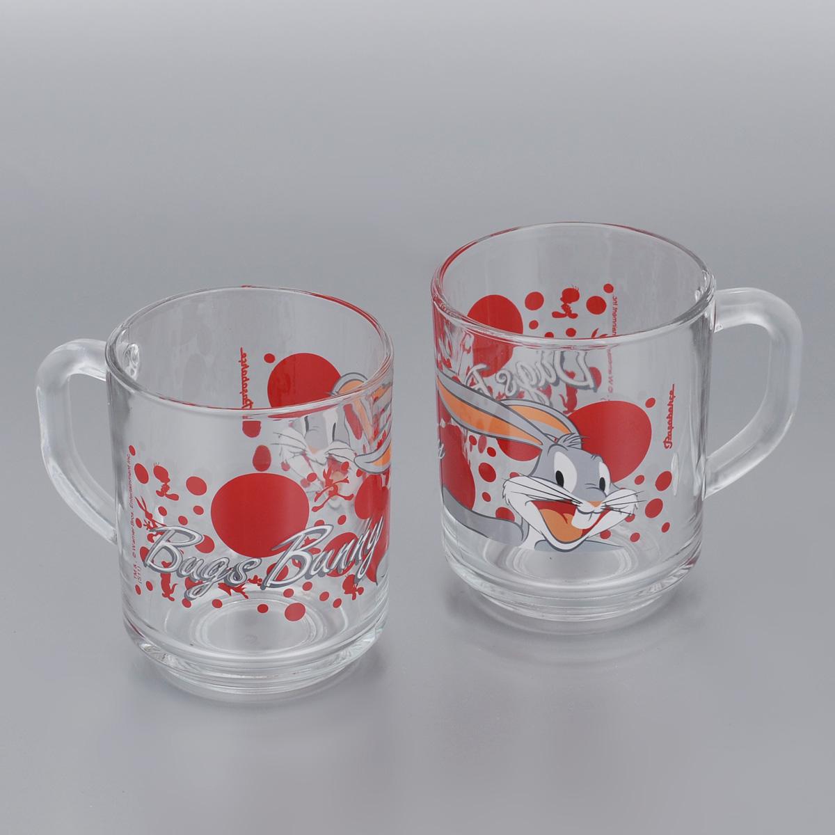 Набор кружек Pasabahce Bugs Bunny, 250 мл, 2 шт55029B/D9Набор Pasabahce Bugs Bunny состоит из двух кружек с удобными ручками, выполненных из прочного натрий-кальций-силикатного стекла. Кружки декорированы изображением Диснеевского героя - Багза Банни. Изделия хорошо удерживают тепло, не нагреваются. На них не выгорает и не вымывается рисунок. Теперь заставить вашего малыша сесть поесть будет очень просто. Посуда Pasabahce будет радовать детей яркими и интересными рисунками, а родителей качеством изготовления. Не рекомендуется мыть в посудомоечных машинах и использовать в микроволновых печах. Диаметр кружки по верхнему краю: 7 см. Высота кружки: 8,5 см.