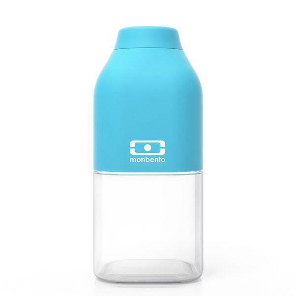 Бутылка для воды Monbento Positive, цвет: голубой, 330 мл1011 01 104Бутылка для воды Monbento Positive изготовлена из безопасного пищевого пластика (BPA free). Одна половина бутылки - прозрачная, вторая оснащена цветным покрытием Soft touch, благодаря чему ее приятно держать в руке. Изделие оснащено герметичной закручивающейся крышкой. Такая идеальная бутылка небольшого размера, но отличной вместимости наполняет оптимизмом, даря заряд позитива и хорошего настроения. Многоразовая бутылка пригодится в спортзале, на прогулке, дома, на даче - в общем, везде! Забудьте про одноразовые пластиковые емкости - они некрасивые, да и засоряют окружающую среду. А такая красота в руках точно привлечет взгляды окружающих. Нельзя мыть в посудомоечной машине. Высота бутылки (с учетом крышки): 13,5 см. Размер дна: 6 см х 6 см.
