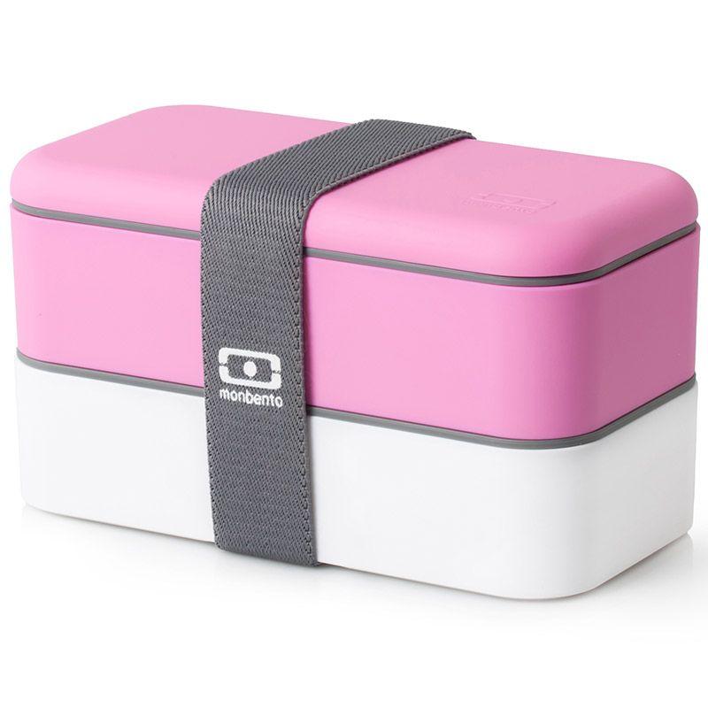 Ланчбокс Monbento Original, цвет: розовый, белый, 1 л1200 02 106Ланчбокс Monbento Original изготовлен из высококачественного пищевого пластика с приятным на ощупь прорезиненным покрытием soft-touch. Предназначен для хранения и переноски пищевых продуктов. Ланчбокс представляет собой два прямоугольных контейнера, в которых удобно хранить различные блюда. В комплекте также предусмотрена емкость для соуса, которая удобно помещается в одном из контейнеров. Контейнеры вакуумные, что позволяет продуктам дольше оставаться свежими и вкусными. Боксы дополнительно фиксируются друг над другом эластичным ремешком. Компактные размеры позволят хранить ланчбокс в любой сумке. Его удобно взять с собой на работу, отдых, в поездку. Теперь любимая домашняя еда всегда будет под рукой, а яркий дизайн поднимет настроение и подарит заряд позитива. Можно использовать в микроволновой печи и для хранения пищи в холодильнике, можно мыть в посудомоечной машине. В крышке каждого контейнера - специальная пробка, которую надо вытащить, если вы разогреваете...