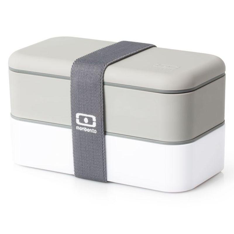 Ланчбокс Monbento Original, цвет: серый, белый, 1 л1200 02 110Ланчбокс Monbento Original изготовлен из высококачественного пищевого пластика с приятным на ощупь прорезиненным покрытием soft-touch. Предназначен для хранения и переноски пищевых продуктов. Ланчбокс представляет собой два прямоугольных контейнера, в которых удобно хранить различные блюда. В комплекте также предусмотрена емкость для соуса, которая удобно помещается в одном из контейнеров. Контейнеры вакуумные, что позволяет продуктам дольше оставаться свежими и вкусными. Боксы дополнительно фиксируются друг над другом эластичным ремешком. Компактные размеры позволят хранить ланчбокс в любой сумке. Его удобно взять с собой на работу, отдых, в поездку. Теперь любимая домашняя еда всегда будет под рукой, а яркий дизайн поднимет настроение и подарит заряд позитива. Можно использовать в микроволновой печи и для хранения пищи в холодильнике, можно мыть в посудомоечной машине. В крышке каждого контейнера - специальная пробка, которую надо вытащить, если вы разогреваете...