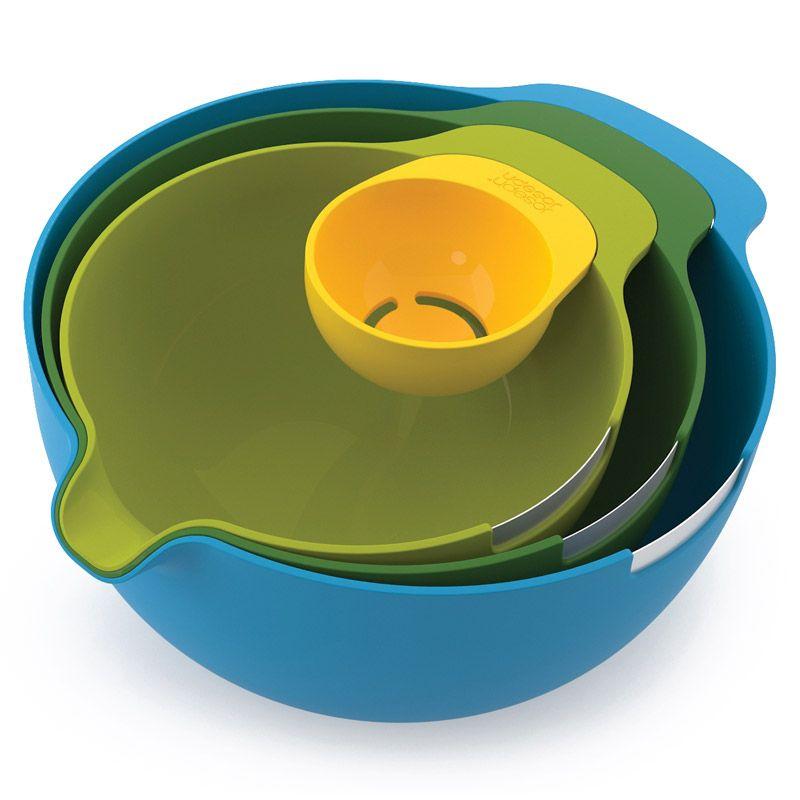 Набор мисок Joseph Joseph Nest, с отделителем белков, цвет: желтый, зеленый, салатовый, голубой, 4 предмета40015Великолепный набор Joseph Joseph Nest с отделителем белков ориентирован на любителей выпечки. В него входят три специальный миски для смешивания и замешивания со стальным ободком, предназначенным для разбивания яичной скорлупы. У каждой миски есть специальный носик, через который легко всыпать ингредиенты в смесь или вылить тесто в форму. В дополнение к набору входит небольшая емкость для отделения яичного белка от желтка. Отделитель можно прикрепить к краю любой из мисок. Набор мисок Joseph Joseph Nest станет незаменимым помощником в приготовлении пищи, а современный стильный дизайн позволит такому набору занять достойное место на вашей кухне, добавив интерьеру оригинальности и изысканности. Объемы мисок: 3,8 л, 2,4 л, 1,4 л.