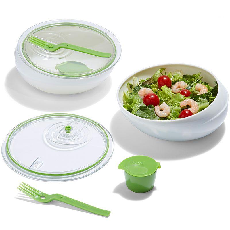 Ланч-бокс Black+Blum Lunch Bowl, цвет: белый, зеленый, 1 лLB001Ланч-бокс Black+Blum Lunch Bowl изготовлен из высококачественного пищевого пластика без примеси вредного бисфенола-А (BPA free). В комплект входит круглый контейнер с крышкой, соусница и вилка. Контейнер приятно держать в руках благодаря эргономичной и продуманной форме, удобно есть благодаря небольшому бортику, не позволяющему еде убежать из тарелки. Изделие плотно закрывается на надежную вакуумную крышку с силиконовой прокладкой. Крышка прозрачная - видно, что внутри ланч-бокса. Вилка крепится на крышке. Что бы вы ни ели, овощной салат или сочную лазанью, этот ланч-бокс станет идеальным решением. Можно мыть в посудомоечной машине и использовать в микроволновой печи (без крышки). Диаметр контейнера: 18 см. Высота стенки: 6,5 см. Объем контейнера: 1 л. Объем соусницы: 50 мл. Размер соусницы: 5,5 см х 5,5 см х 4 см. Длина вилки: 16 см.