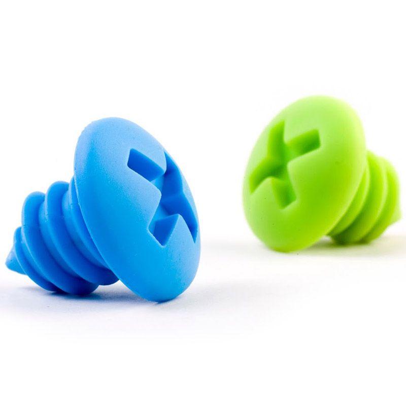 Пробки для бутылки Ototo Screws, цвет: зеленый, голубой, 2 штOT712Пробки для бутылки Ototo Screws, изготовленные из силикона в форме шурупов, имеют удобный механизм ввинчивания благодаря наличию эластичной резьбы. Пробки идеально подойдут для закрытия стеклянных винных бутылок и станут нужным аксессуаром на вашей кухне. В комплекте - 2 пробки разного цвета. Проблем с початыми бутылками не возникает в двух случаях: или если вы все всегда выпиваете сразу же, или если вы вообще не пьете. Тем же, кто любит устроить воскресный обед с белым вином, но не хочет пить много и регулярно, будет удобно завести не только бар, но и пробки Ototo Screws. Такие пробки подходят для большинства горлышек и сочетают в себе красоту и практичность. Длина пробки: 3,5 см. Длина рабочей части пробки: 2,7 см.