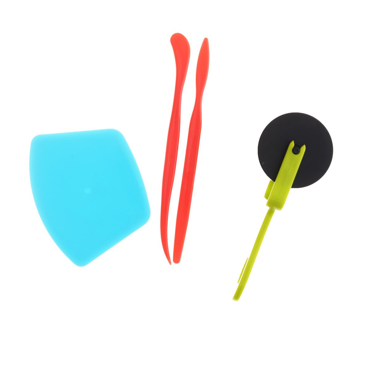 Набор инструментов для лепки Fimo Kids, 4 предмета8700 31Дети обожают лепить из пластилина, что особенно интересно с набором специальных инструментов для лепки Fimo Kids. Набор включает в себя: 2 стека для моделирования, резак, ролик. С набором можно раскатывать пластилин роликом, создавать разные фигурки с помощью помощью стеков. Наборы инструментов разработаны так, чтобы дети получили радость и удовольствие от моделирования! Фантазируйте, экспериментируйте и воплощайте идеи! Пластилин в комплект не входит.