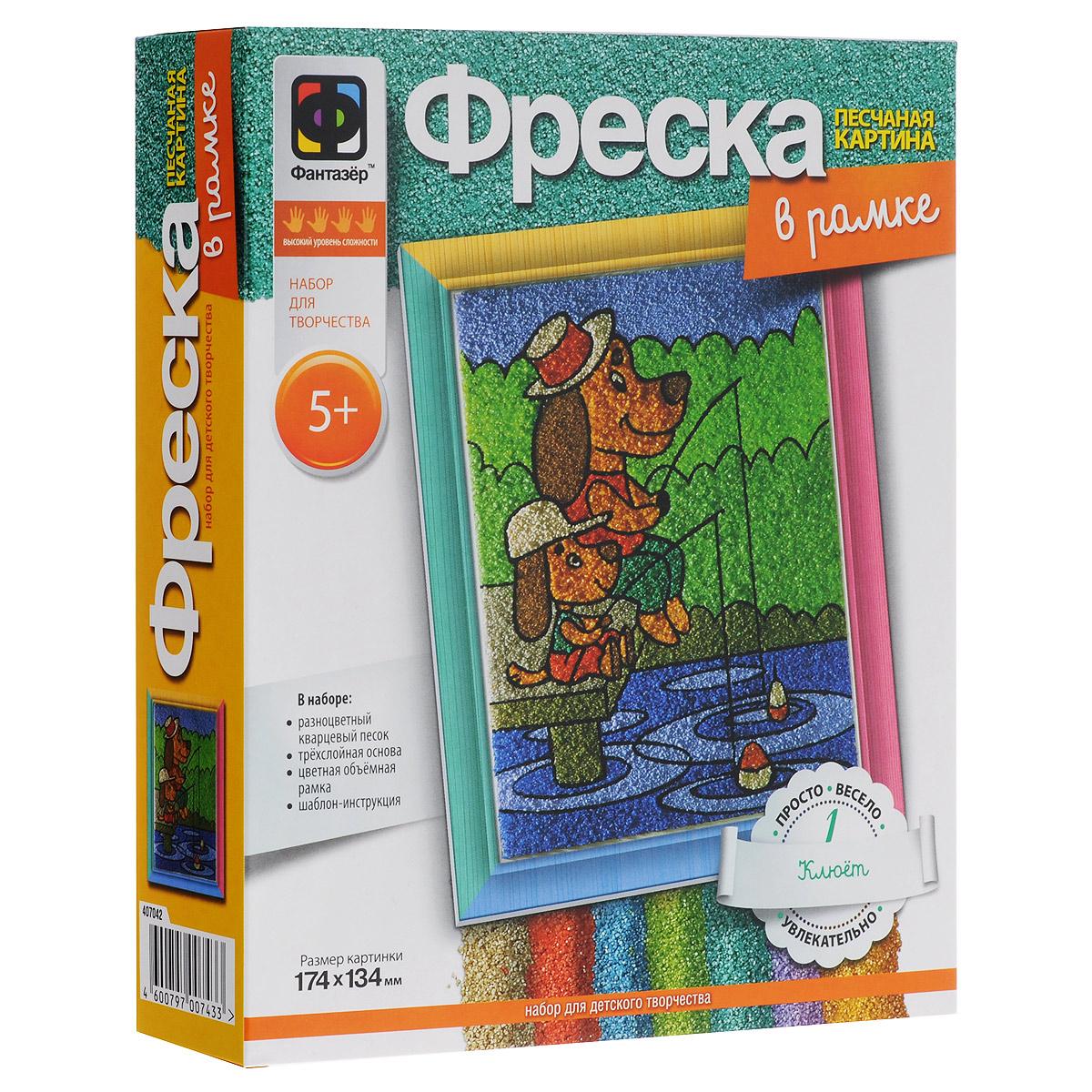 Набор для создания фрески Фантазер Клюет407042С набором для создания фрески Фантазер Клюет ваш ребенок сможет изготовить удивительную картину из цветного песка! В набор входят: кварцевый песок 10 цветов (зеленый, светло-зеленый, болотный, красный, черный, белый, синий, голубой, коричневый, светло-коричневый), специальная трехслойная основа, заготовка рамки, шаблон. Малыш без труда создаст необычную песчаную картину, которая будет отличным украшением комнаты или кабинета и объектом гордости вашего ребенка. Процесс создания картины из песка прост и увлекателен - достаточно отклеить защитный слой с каждого элемента и засыпать его песком разных цветов, ориентируясь на изображение на упаковке. Начинайте с песка черного цвета, переходя от темных оттенков к более светлым, от мелких элементов к более крупным. Готовую картинку с изображением очаровательных собачек можно оформить входящей в комплект сборной рамкой. Инструкция расположена на обратной стороне шаблона. Вас ждет интересное занятие и великолепный...