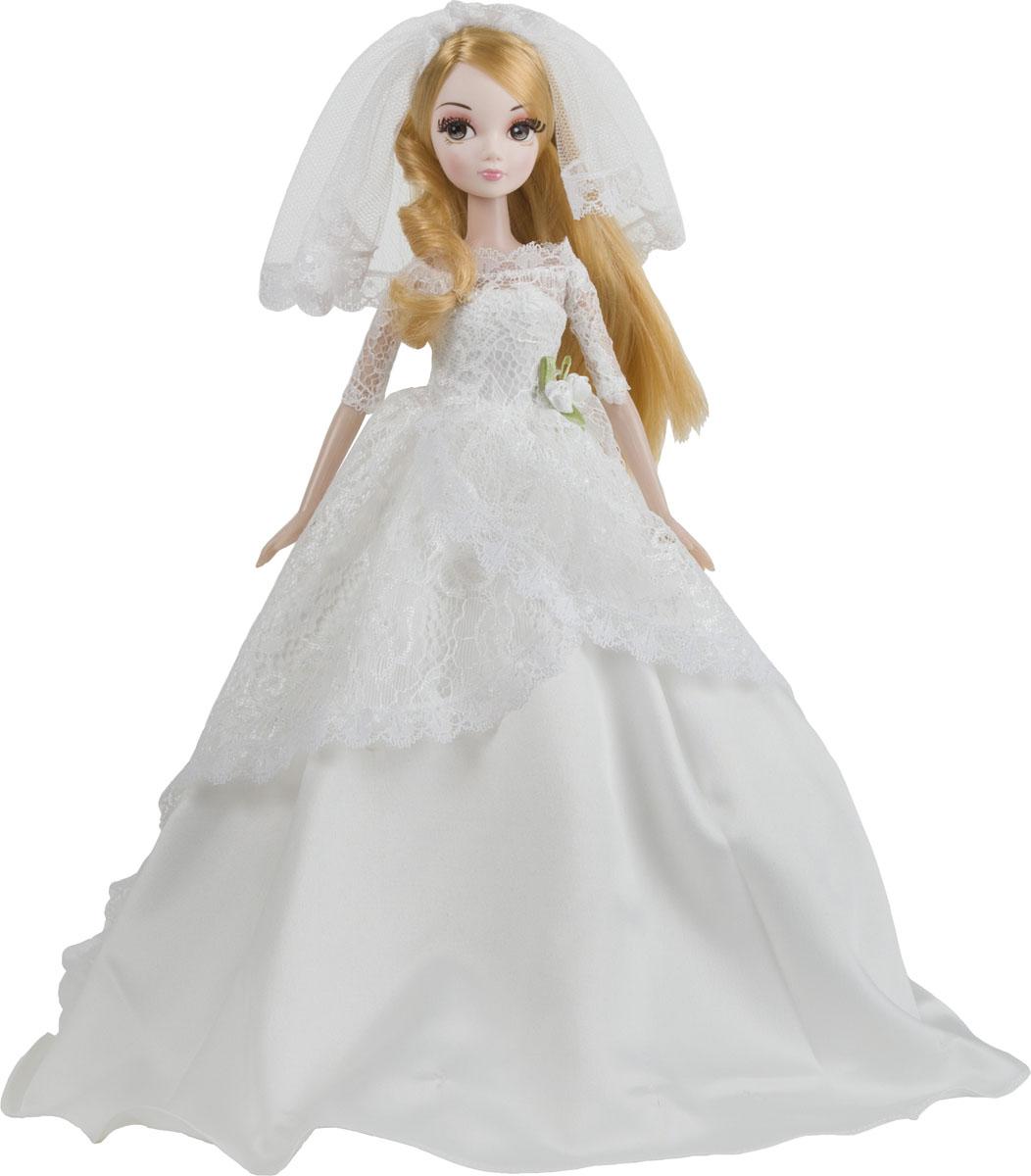 Sonya Rose Кукла Gold Collection Нежное кружевоR4322NОбворожительная кукла в платье невесты. Кукла одета в роскошное платье невесты. Платье куклы Sonya Rose выполнено в традиционно белом цвете и состоит из двух слоев. Первый слой – это длинное платье в пол, выполненное из белого атласа, без бретелей и рукавов. Второй слой – это кружево, которое покрывает грудь и плечи куклы и доходит до середины длины первого слоя. Голову невесты от Sonya Rose покрывает короткая кружевная фата. Пояс платья сбоку находится украшение в виде белых роз с зелеными лепестками. Волосы куклы отличаются золотистым цветом и выглядят шикарно. Волосы распущены, их длина доходит до талии невесты, хотя девочка всегда сможет самостоятельно продумать и другую прическу для своей подружки, так как волосы легко расчесываются и заплетаются. Большие глаза куклы окружены густыми ресницами, что придает кукле очаровательный вид. В процессе игры с куклами девочка будет учиться общению, она узнает, что...