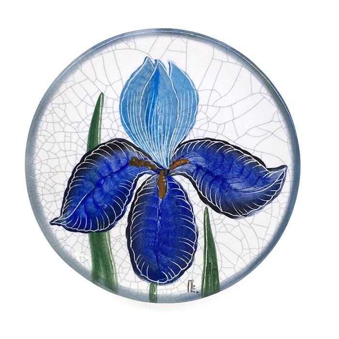 Тарелка декоративная Ирис, диаметр 16 см. Автор Елена ПотаповаPE16-02Декоративная тарелка сделана и расписана вручную в технике подглазурной росписи, имеет отверстия для размещения на стене. Используется в декоративных целях и для подачи на стол сыра или печенья к чаю. Каждый рисунок индивидуален, размеры и оттенок глазурей могут незначительно отличаться. Автор Елена Потапова, художник-керамист, член Московского союза художников, Международной ассоциации «Cоюз дизайнеров». Работы находятся во многих музеях России и частных коллекциях в России и за рубежом. Цвет: белый, синий, голубой. Материал: Керамика, ручная роспись, эмали, глазурь. Рекомендации по уходу: Мойка мягкими моющими средствами.