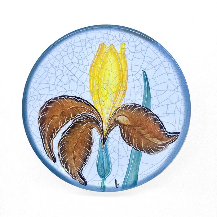 Тарелка декоративная Ирис, диаметр 16 см. Автор Елена ПотаповаPE16-03Декоративная тарелка сделана и расписана вручную в технике подглазурной росписи, имеет отверстия для размещения на стене. Используется в декоративных целях и для подачи на стол сыра или печенья к чаю. Каждый рисунок индивидуален, размеры и оттенок глазурей могут незначительно отличаться. Рекомендации по уходу: мойка мягкими моющими средствами. Автор Елена Потапова, художник-керамист, член Московского союза художников, Международной ассоциации Cоюз дизайнеров. Работы находятся во многих музеях России и частных коллекциях в России и за рубежом.
