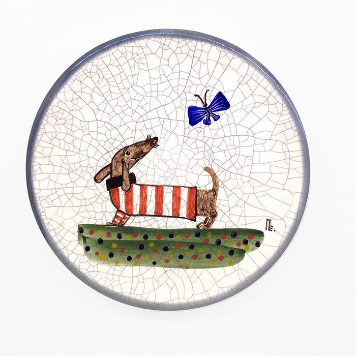 Тарелка декоративная Такса в красной тельняшке, диаметр 16 см. Автор Елена ПотаповаPE16-04Декоративная тарелка сделана и расписана вручную в технике подглазурной росписи, имеет отверстия для размещения на стене. Используется в декоративных целях и для подачи на стол сыра или печенья к чаю. Каждый рисунок индивидуален, размеры и оттенок глазурей могут незначительно отличаться. Автор Елена Потапова, художник-керамист, член Московского союза художников, Международной ассоциации «Cоюз дизайнеров». Работы находятся во многих музеях России и частных коллекциях в России и за рубежом. Цвет: белый, красный. Материал: Керамика, ручная роспись, эмали, глазурь. Рекомендации по уходу: Мойка мягкими моющими средствами.