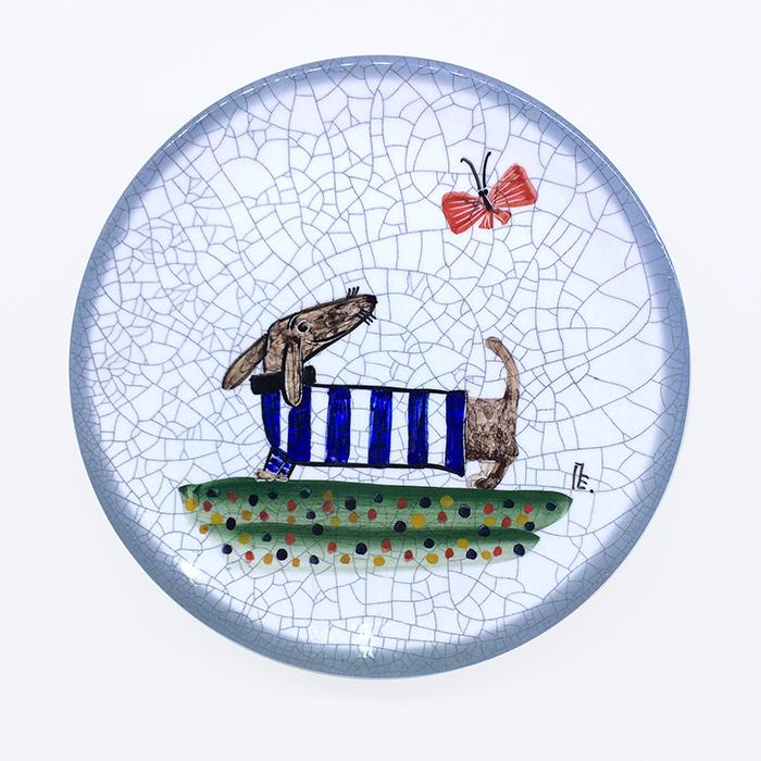 Тарелка декоративная Такса в синей тельняшке, диаметр 16 см. Автор Елена ПотаповаPE16-05Декоративная тарелка сделана и расписана вручную в технике подглазурной росписи, имеет отверстия для размещения на стене. Используется в декоративных целях и для подачи на стол сыра или печенья к чаю. Каждый рисунок индивидуален, размеры и оттенок глазурей могут незначительно отличаться. Автор Елена Потапова, художник-керамист, член Московского союза художников, Международной ассоциации «Cоюз дизайнеров». Работы находятся во многих музеях России и частных коллекциях в России и за рубежом. Цвет: белый, синий. Материал: Керамика, ручная роспись, эмали, глазурь. Рекомендации по уходу: Мойка мягкими моющими средствами.