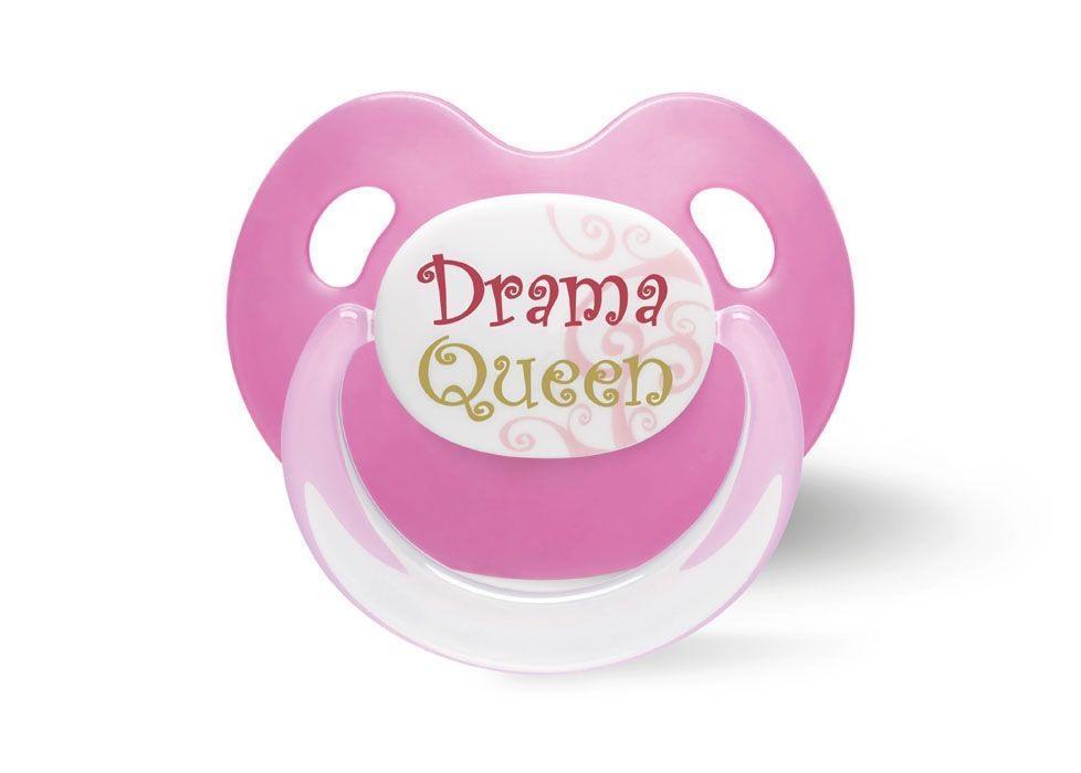 Пустышка силиконовая Bibi Drama Queen, от 16 месяцев, цвет: розовый112373 розовыйОртодонтическая конструкция; мягкая пустышка во время сосания держит форму; обеспечивается высвобождение воздуха; способствует правильному развитию зубов; отверстия обеспечивают поступление воздуха и ребенок может дышать свободно; не содержит бисфенол А (BPA free); веселая надпись (англ., случайная)