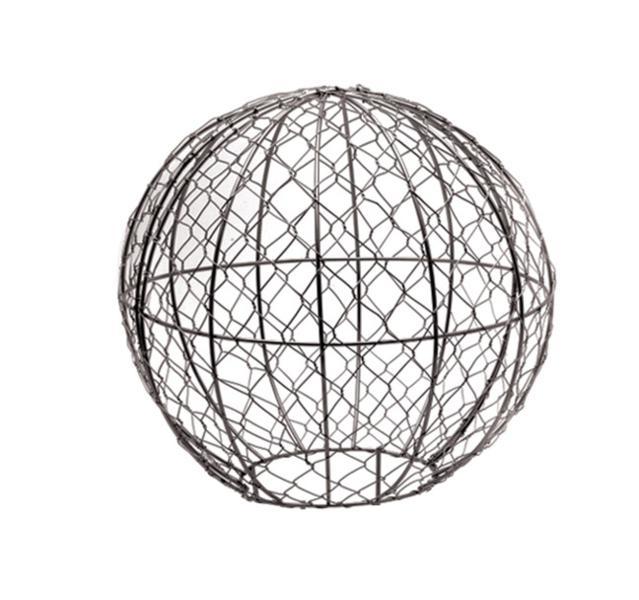 Каркас для фигурного кустарника Burgon & Ball Шар, диаметр 30 смGTF/BALL30Каркас для фигурного кустарника Burgon & Ball Шар представляет собой жесткую проволоку и сетку, надежно обработанные специальным составом, который не боится воды. Каркас Шар состоит из двух полусфер с отверстием сбоку. С его помощью вы сможете создать удивительный топиари в форме шара. Топиари - достаточно простая техника выращивания растения в рамке. Для этого насадите рамку на любой быстрорастущий декоративный куст или вьюн и закрепите на земле колышками (входят в комплект). По мере роста куста побеги, выглядывающие за пределы рамки, обрезают до тех пор, пока рамка полностью не заполнится растением. После удаления формы остается великолепная живая скульптура. При нормальных условиях, фигура вырастает за 0,5-1 сезон. Такие топиари можно выращивать как под открытым небом, так и в комнатных условиях в любом кашпо. Для выращивания каркасных форм хорошо подходят такие растения, как жасмин, английский плющ, виноградная лоза, ползучий карликовый фикус и др....