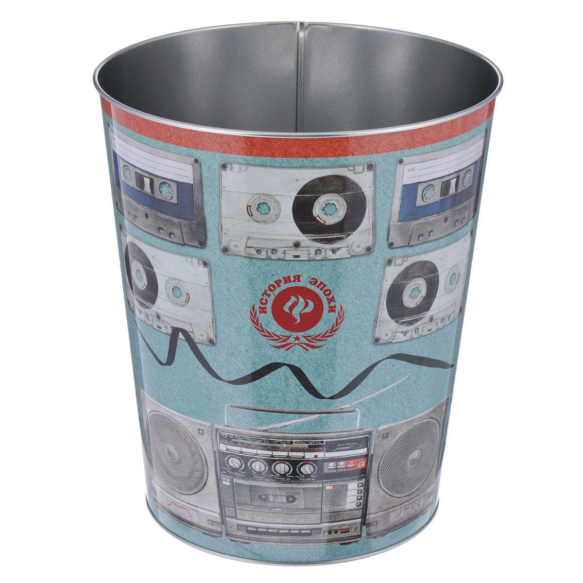 Ведро для мусора Феникс-презент Аудиокассеты37664Ведро для мусора Феникс-презент Аудиокассеты изготовлено из металла с изображением старых аудиокассет. Такой аксессуар очень удобен в использовании, как дома, так и в офисе и прекрасно подойдет для уборки и хранения мусора. Диаметр ведра: 22,5 см. Высота ведра: 26,5 см.