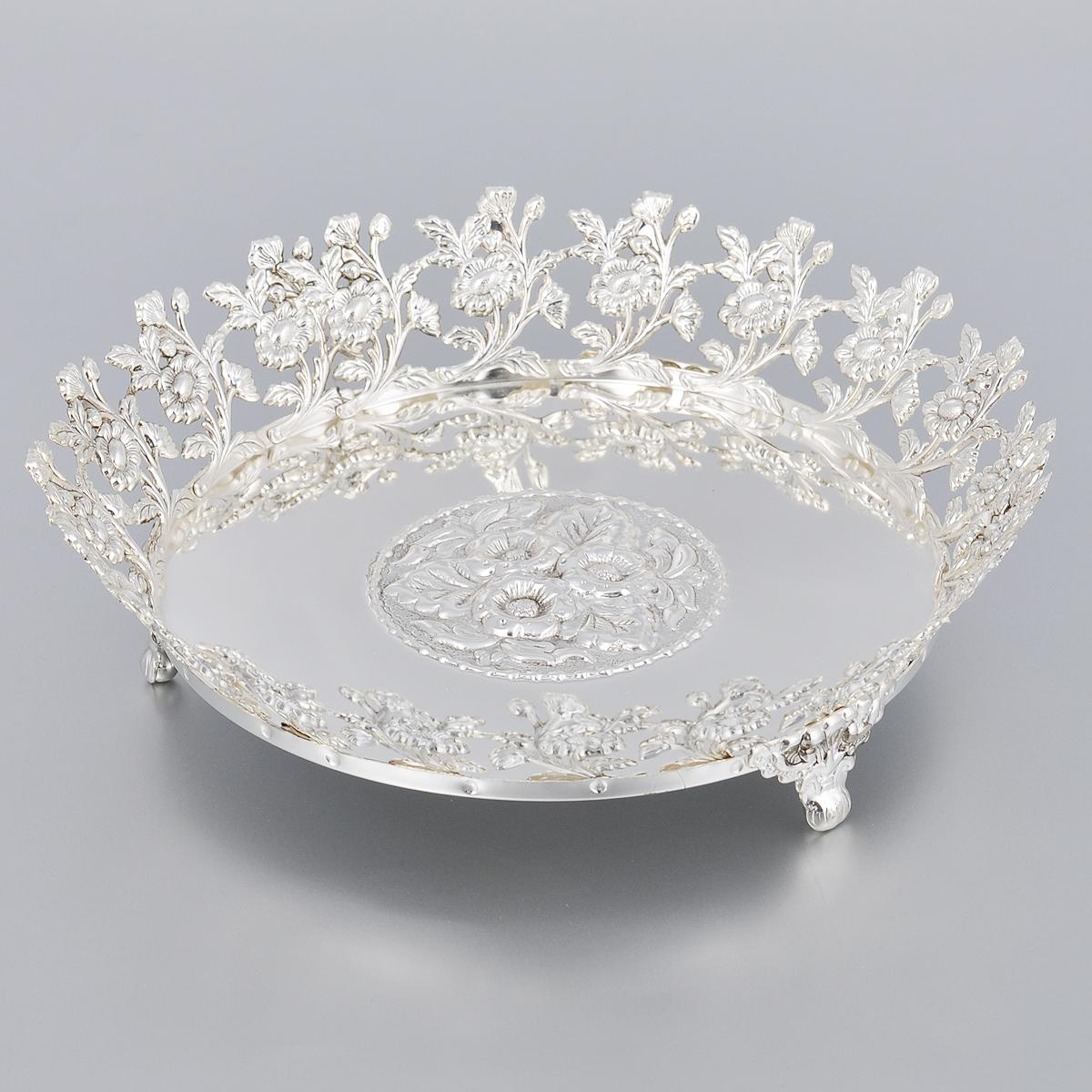 Ваза универсальная Marquis, диаметр 21,5 см2178-MRУниверсальная ваза Marquis выполнена из стали с никель-серебряным покрытием и оформлена изящным рельефом и перфорацией. Ваза прекрасно подойдет для красивой сервировки конфет, фруктов, пирожных и много другого. Такая ваза придется по вкусу и ценителям классики, и тем, кто предпочитает утонченность и изысканность. Она украсит сервировку вашего стола и подчеркнет прекрасный вкус хозяина, а также станет отличным подарком. Диаметр (по верхнему краю): 21,5 см. Высота вазы: 5,5 см.