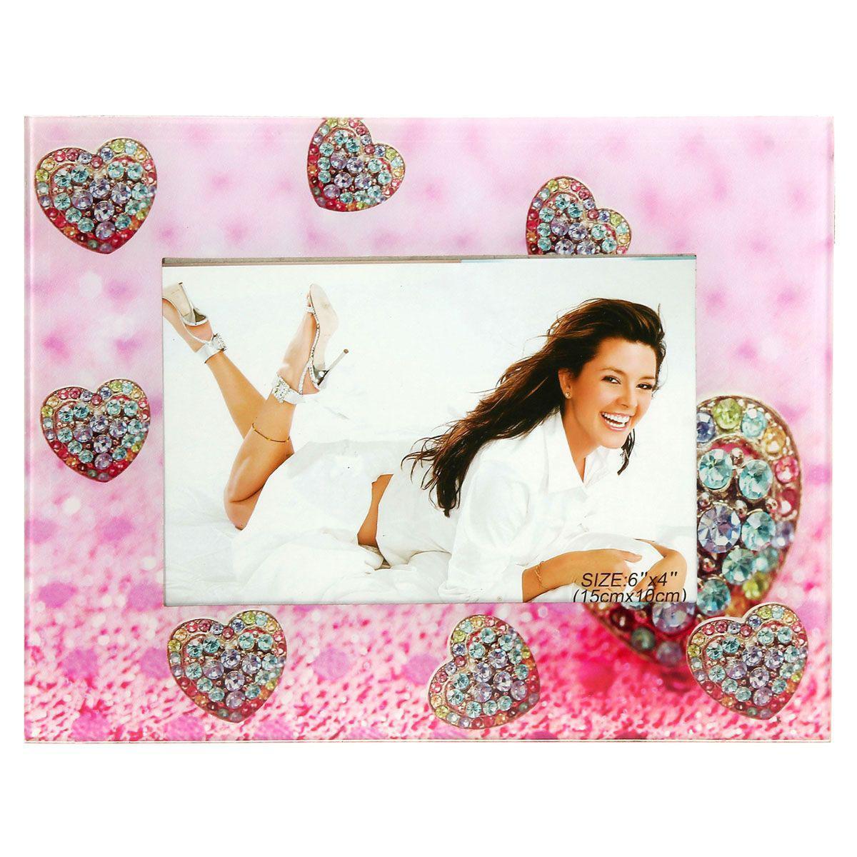 Фоторамка Sima-land Бриллиантовое сердце, цвет: розовый, 10 х 15 см843741Декоративная фоторамка Sima-land Бриллиантовое сердце выполнена из стекла и декорирована изображениями сердечек. Обратная сторона рамки оснащена специальной ножкой, благодаря которой ее можно поставить на стол или любое другое место в доме или офисе. Такая фоторамка украсит ваш интерьер оригинальным образом, а также позволит сохранить память о дорогих вам людях и интересных событиях вашей жизни. С ней вы сможете не просто внести в интерьер своего дома элемент оригинальности, но и создать атмосферу загадочности и изысканности.