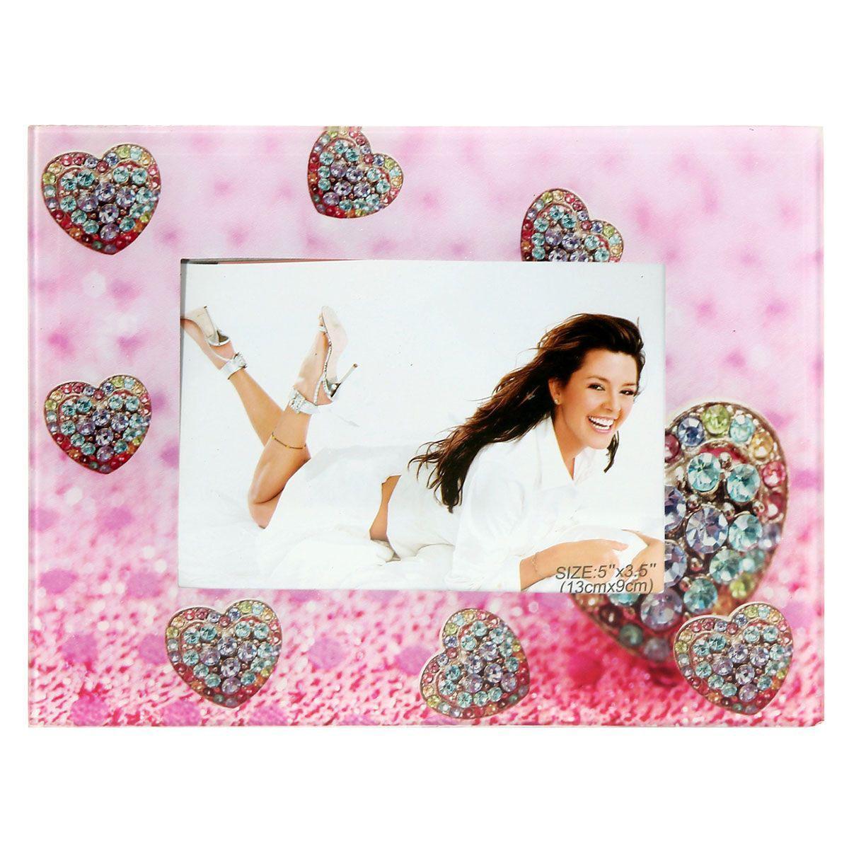 Фоторамка Sima-land Бриллиантовое сердце, цвет: розовый, 9 х 13 см843740Декоративная фоторамка Sima-land Бриллиантовое сердце выполнена из стекла и декорирована изображениями сердечек. Обратная сторона рамки оснащена специальной ножкой, благодаря которой ее можно поставить на стол или любое другое место в доме или офисе. Такая фоторамка украсит ваш интерьер оригинальным образом, а также позволит сохранить память о дорогих вам людях и интересных событиях вашей жизни. С ней вы сможете не просто внести в интерьер своего дома элемент оригинальности, но и создать атмосферу загадочности и изысканности.