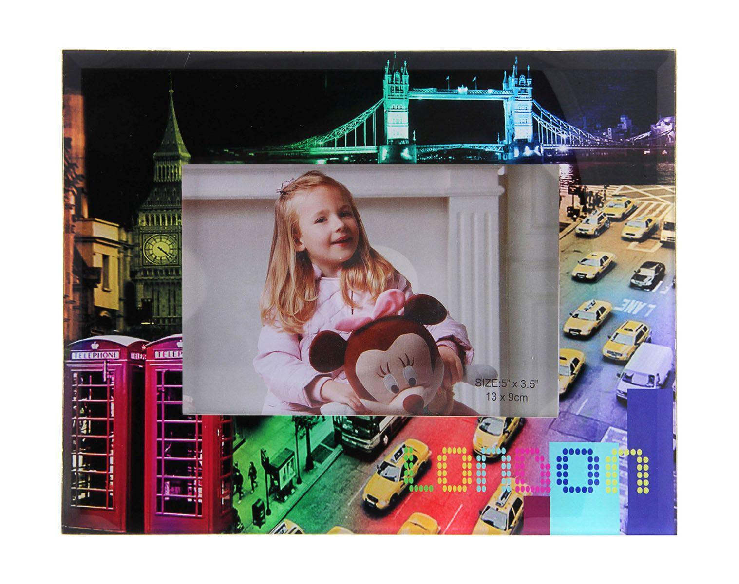 Фоторамка Sima-land Городская игра цвета, 9 см х 13 см137261Декоративная фоторамка Sima-land Городская игра цвета выполнена из стекла и декорирована изображением города Лондона. Обратная сторона рамки оснащена специальной ножкой, благодаря которой ее можно поставить на стол или любое другое место в доме или офисе. Такая фоторамка украсит ваш интерьер оригинальным образом, а также позволит сохранить память о дорогих вам людях и интересных событиях вашей жизни. С ней вы сможете не просто внести в интерьер своего дома элемент оригинальности, но и создать атмосферу загадочности и изысканности.