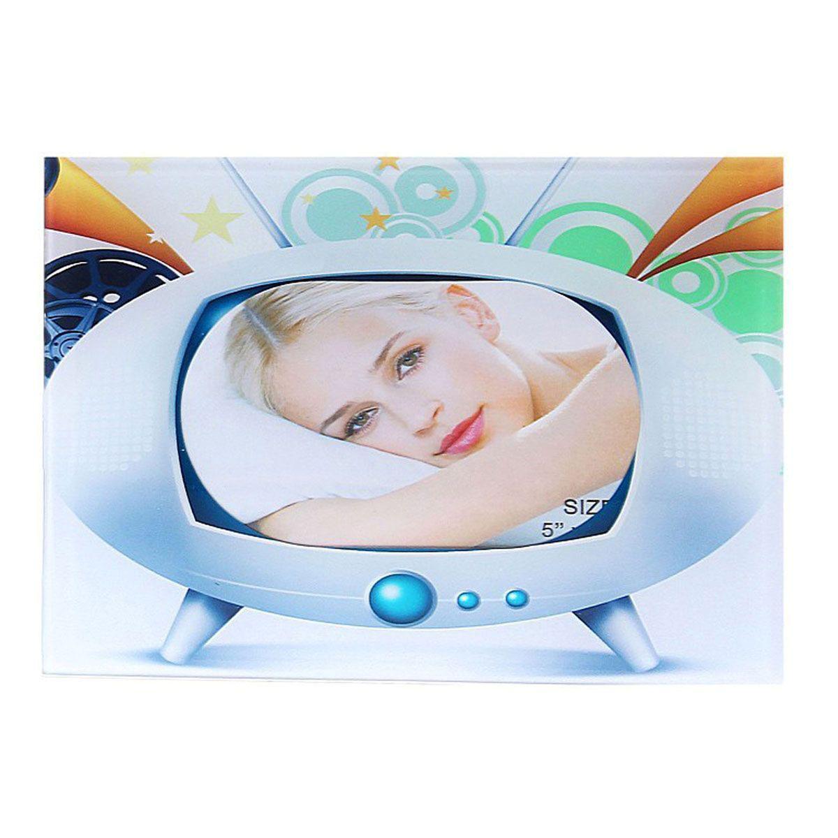 Фоторамка Sima-land Инопланетный телевизор, 10 см х 15 см133410Декоративная фоторамка Sima-land Инопланетный телевизор выполнена из стекла и декорирована изображением телевизора. Обратная сторона рамки оснащена специальной ножкой, благодаря которой ее можно поставить на стол или любое другое место в доме или офисе. Такая фоторамка украсит ваш интерьер оригинальным образом, а также позволит сохранить память о дорогих вам людях и интересных событиях вашей жизни. С ней вы сможете не просто внести в интерьер своего дома элемент оригинальности, но и создать атмосферу загадочности и изысканности.