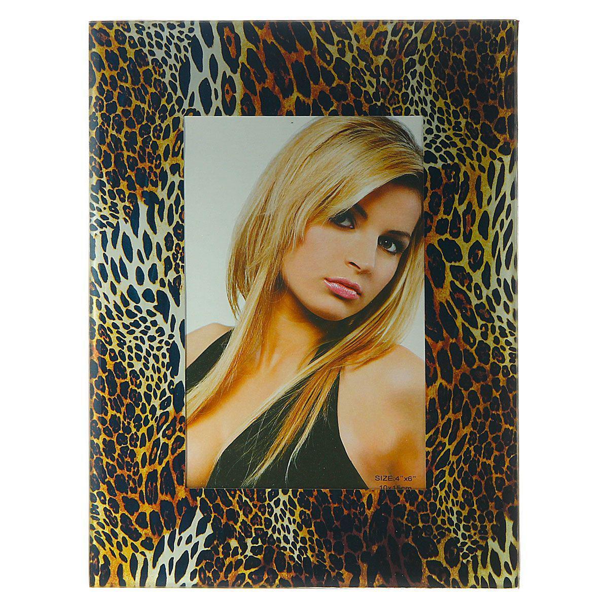 Фоторамка Sima-land Леопард, цвет: черный, коричневый, 10 см х 15 см803948Декоративная фоторамка Sima-land Леопард выполнена из стекла и декорирована леопардовым принтом. Обратная сторона рамки оснащена специальной ножкой, благодаря которой ее можно поставить на стол или любое другое место в доме или офисе. Такая фоторамка украсит ваш интерьер оригинальным образом, а также позволит сохранить память о дорогих вам людях и интересных событиях вашей жизни. С ней вы сможете не просто внести в интерьер своего дома элемент оригинальности, но и создать атмосферу загадочности и изысканности.
