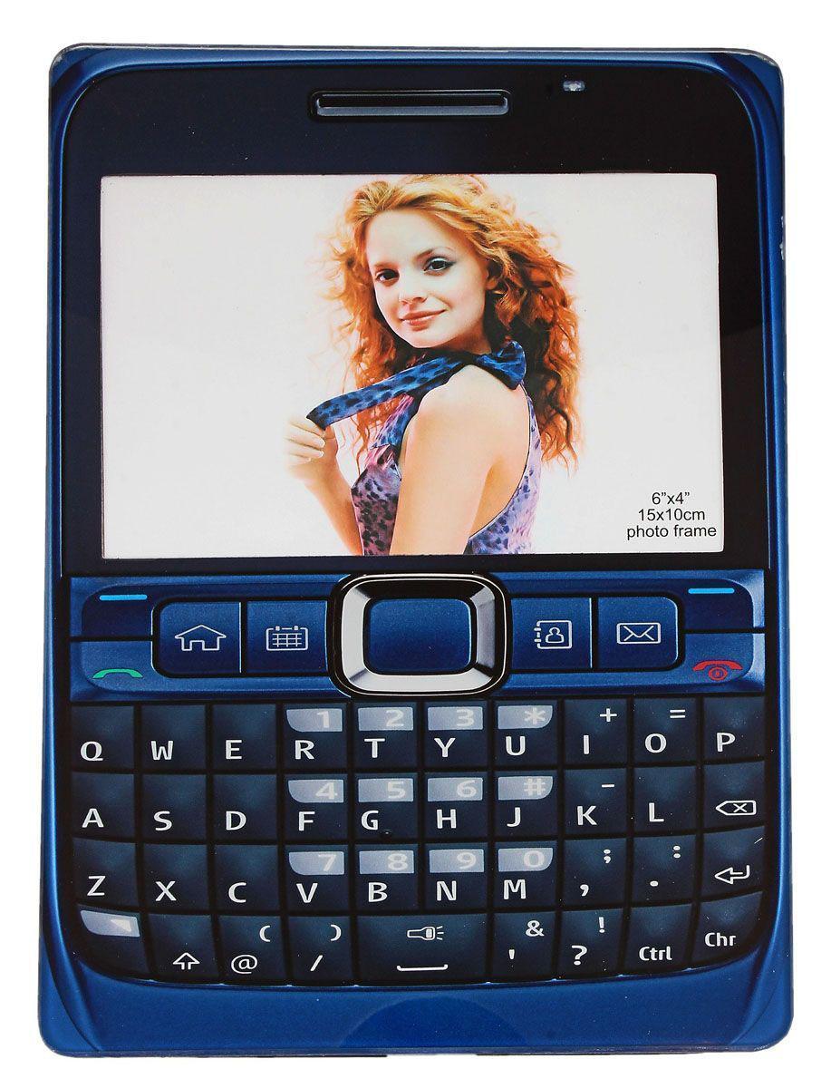 Фоторамка Sima-land Под телефон, цвет: синий, 10 х 15 см614703Декоративная фоторамка Sima-land Под телефон выполнена из стекла и оформлена в виде мобильного телефона. Обратная сторона рамки оснащена специальной ножкой, благодаря которой ее можно поставить на стол или любое другое место в доме или офисе. Такая фоторамка украсит ваш интерьер необычным образом, а также позволит сохранить память о дорогих вам людях и интересных событиях вашей жизни. С ней вы сможете не просто внести в интерьер своего дома элемент оригинальности, но и создать атмосферу загадочности и изысканности.